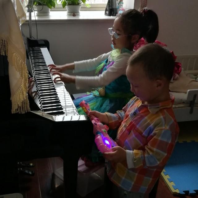 巧娃练钢琴